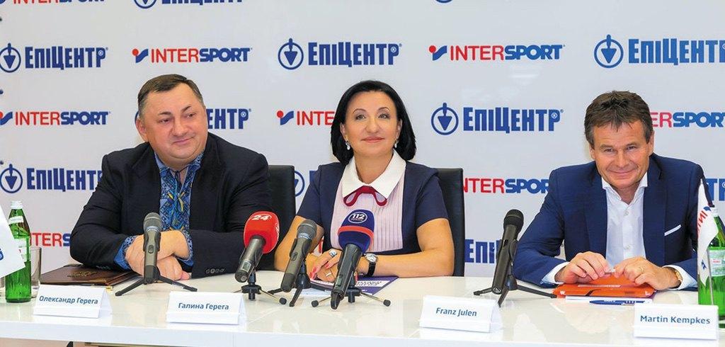 Von links: Alexander Gerega, Galina Gerega und Franz Julen bei der Vertragsunterzeichnung in Kiew